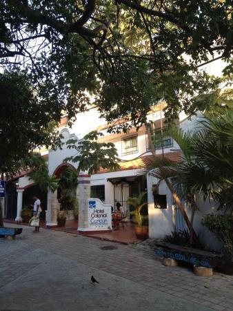 Colonial Cancun Hotel: Entrance on pedestrian road.