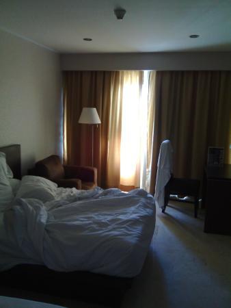 Hotel Cima: vista de habitación, sin arreglar.