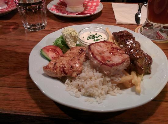 Cafe Benno: Grigliata mista con riso, patate, burro speziato, salsa all'aglio