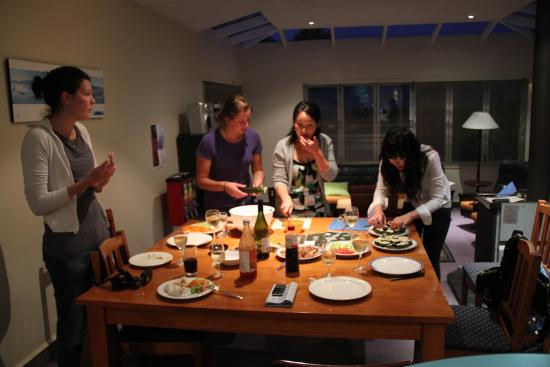 Almond House Backpackers: Enjoy a shared meal
