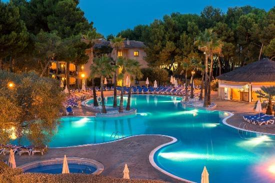 Vell Mari Hotel & Resort: The pool at night