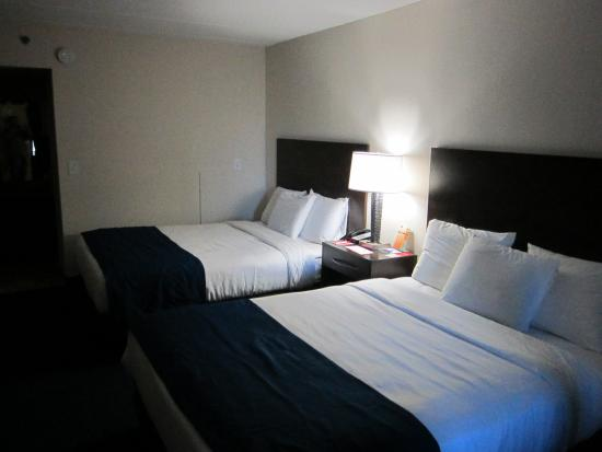 Econo Lodge Resort: Here is a picture of the room with 2 double beds