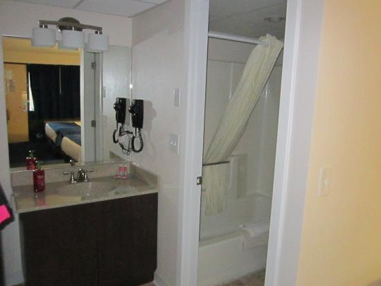 Econo Lodge Resort: Looking towards the sink and bathroom