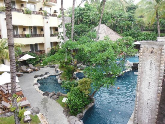 Koi in outdoor pond foto di kuta paradiso hotel kuta for Koi pond traduzione