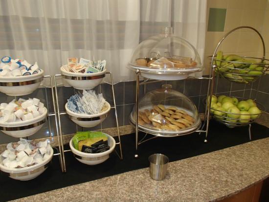 Sleep Inn & Suites: Fruits and pastries in breakfast area