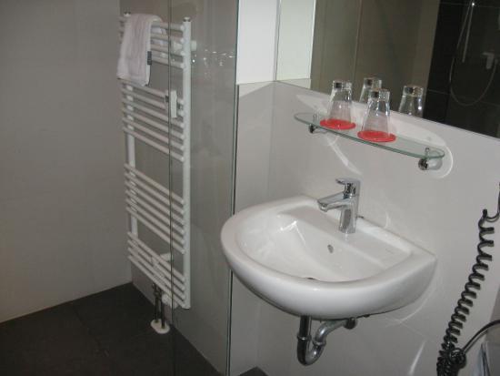 Five Elements Hostel Leipzig: Sink with glasses