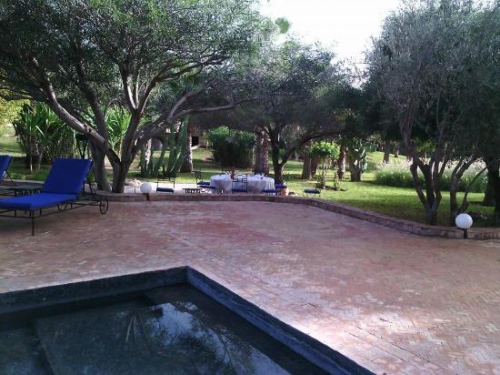 Villa Vanille: piscine + table à manger