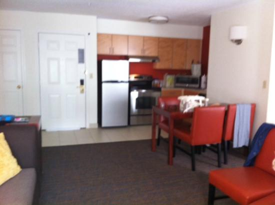 Residence Inn Mystic Groton: Kitchen & Living Room Area