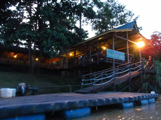 Bilit Adventure Lodge: lodge from the river
