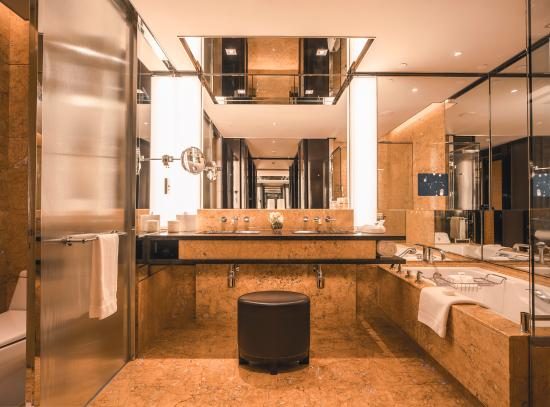 Four Seasons Hotel Hong Kong: Deluxe Room Bathroom