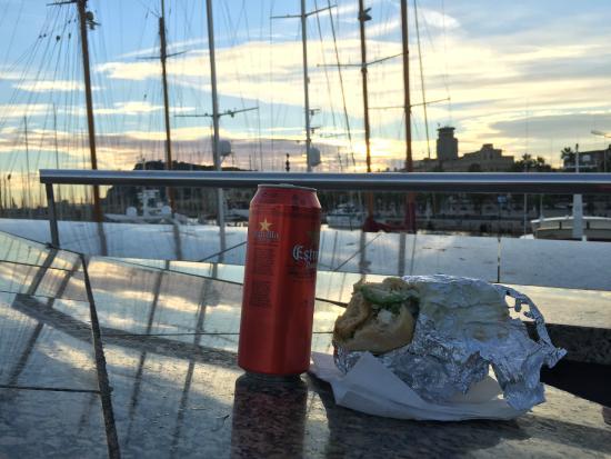 Bo de B : Enjoying a sandwich next to the marina