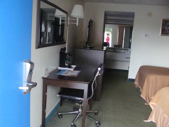 Howard Johnson Inn - Ocala: View of desk mirror and room from doorway.