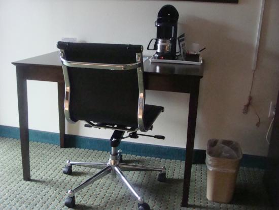 Howard Johnson Inn - Ocala: Desk and coffee maker in room