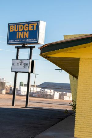 Budget Inn: Signage in front