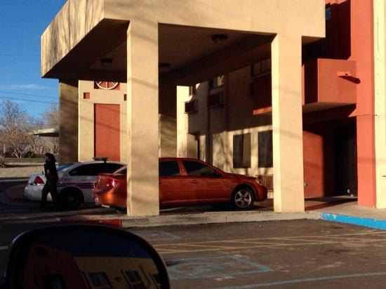 Motel 6 Santa Fe Central: Yep Santa Fe police getting the homeless person out of the lobby!