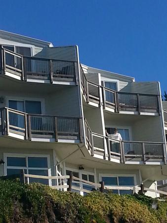 The Shelter Cove Oceanfront Inn: Each room has a private balcony that looks out over ocean