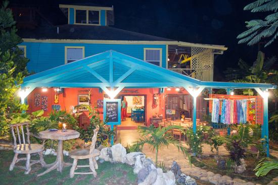 LALA Gallery and Garden Cafe: LaLa's at Night
