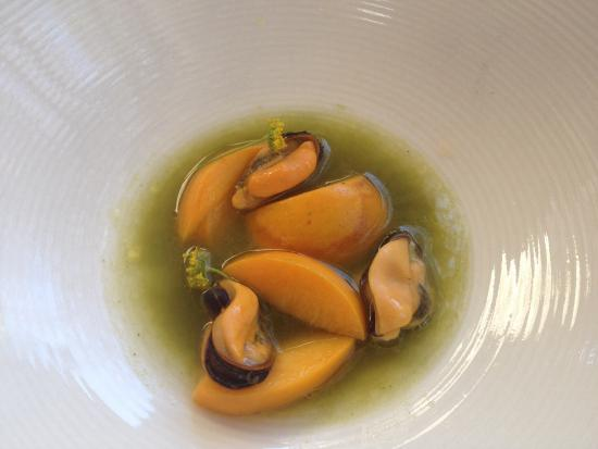 Oep ve Koep bistro : MUSSELS AND NECTARINES