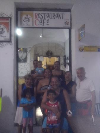 Cafe Restaurante Los Arcos: Gente satisfecha. .después de comer. En el restaurante CAFÉ LOS ARCOS