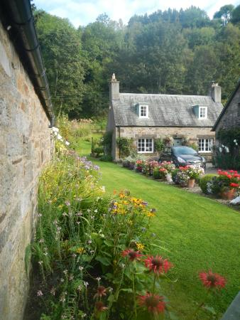 Fortingall Hotel: Beautiful Cottage and garden next door