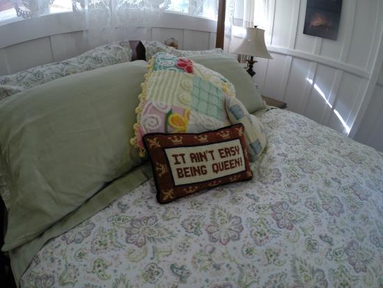 Volcano Teapot Cottage: Master bedroom