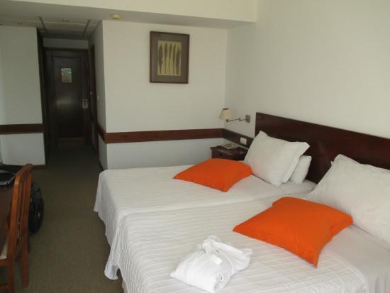 Hotel Oasis Praiamar : huge beds hard matresses