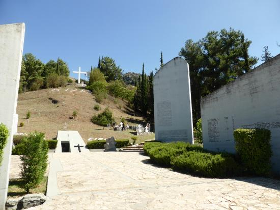 Musée municipal de l'Holocauste de Kalavryta : The memorial at the site of the massacre