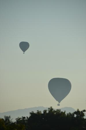 Thurizza Hotel Bagan : Balloons at sunrise from roof