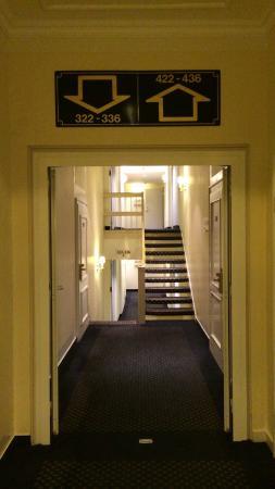 Kastens Hotel Luisenhof: 廊下にアップダウンが...