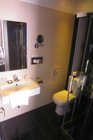 Arcadia Hotel Budapest: Bathroom with shower