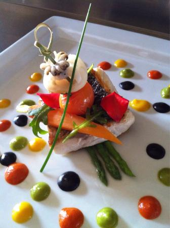 Restaurant l'Escarbot : Filet de bar aux trois poivrons et encre de sèche