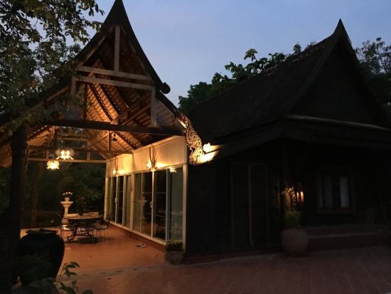 Rangsit Villas: Turquoise villa by night