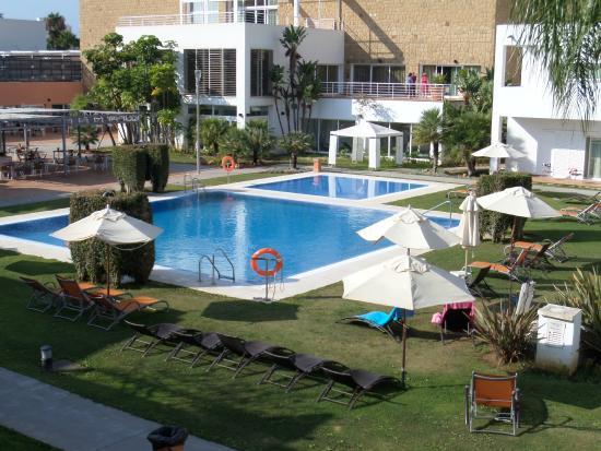 CalaMijas Hotel: La zona de la piscina estaba muy bien, con muchas hamacas.