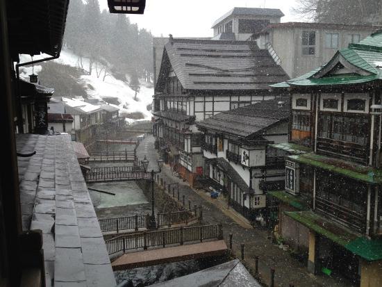 Notoya Ryokan: 部屋の窓から街並みを眺める