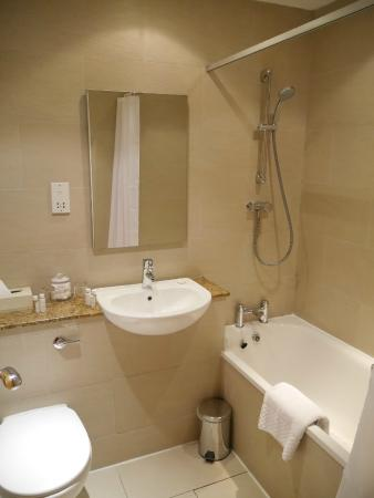 Holyrood apartHOTEL: Bathroom in room 404