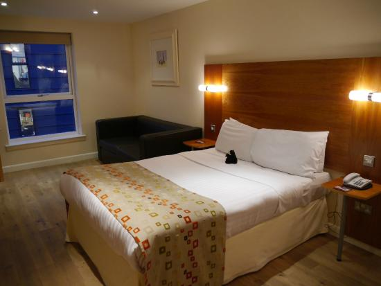 "Holyrood apartHOTEL: Room 404 with bed and ""seating area"""