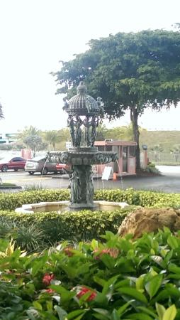 Stadium Hotel: Fountain at Entrance