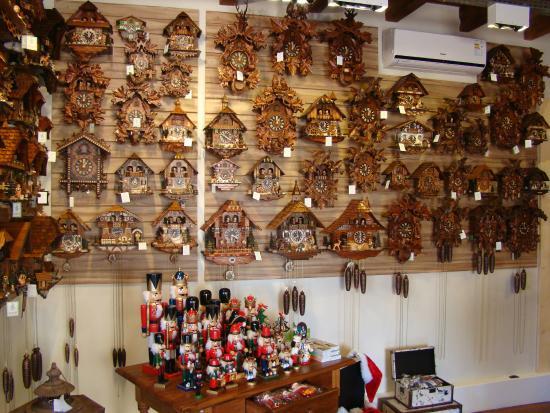 296b4f2f00c Uma das paredes de relógios cucos - Foto de Kukos