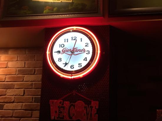 Giordano's: お店のロゴ入り時計