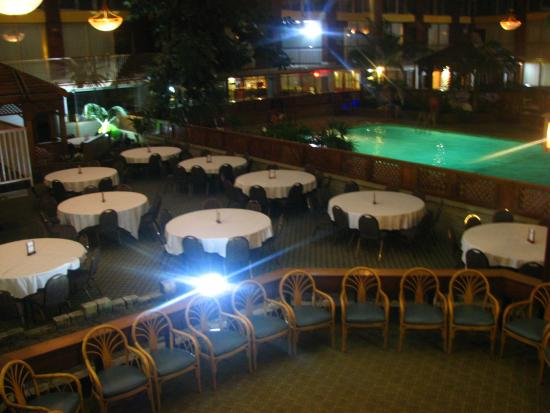 Clarion Inn Conference Center: Eating area next to the indoor swimming pool