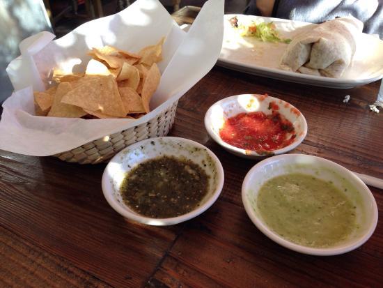Голета, Калифорния: Good chips with three excellent sauces