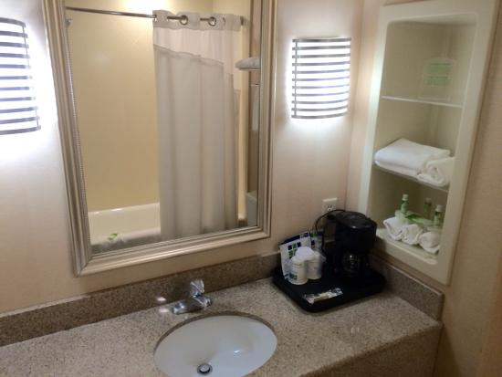 Holiday Inn Express Hotel & Suites Chestertown : Bathroom in King Bed corner room (probably just like all the other bathrooms)