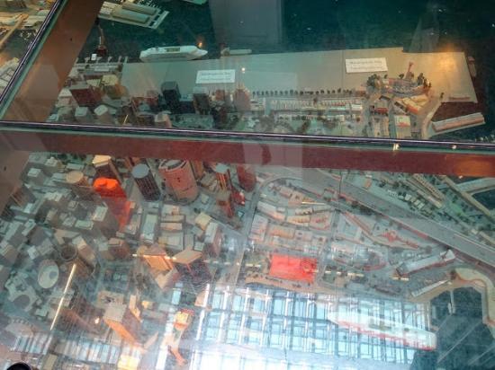 Customs House: dans le patio, sous une plaque de verre la maquette du quartier