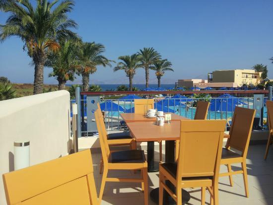 Horizon Beach Resort: Terrasse des Speisesaals mit Meerblick
