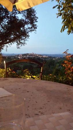 Villa Baciolo : Sala da pranzo all'aperto con vista su San Gimignano