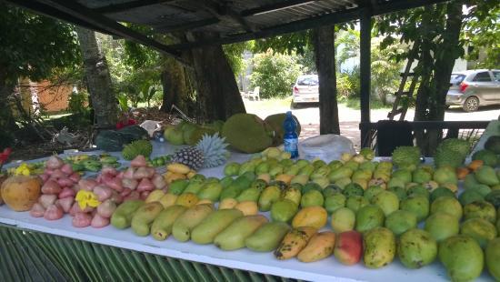 Le Meridien Fisherman's Cove: Bancarella della frutta di Beau  Vallon