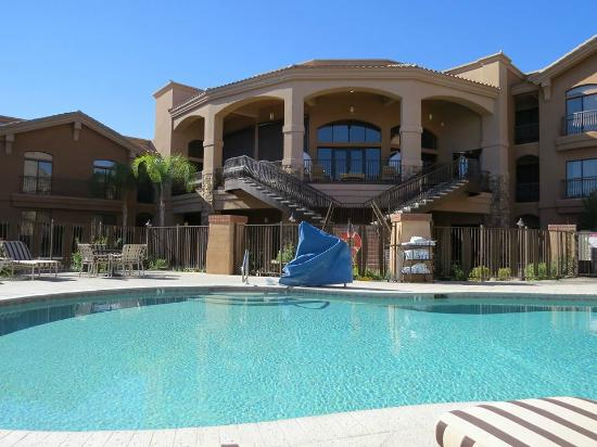 Embassy Suites by Hilton Tucson Paloma Village: Pool view of balcony where we ate breakfast