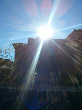 Embassy Suites by Hilton Tucson Paloma Village: Sunshine...something we miss in Ohio in December.