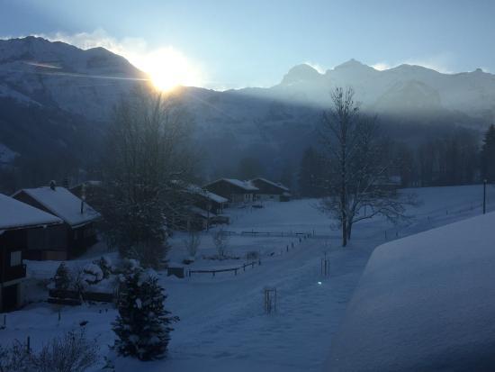 Lenk Lodge: Blick von Zimmer 6 in die aufgehende Sonne