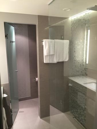 Sehr schönes Badezimmer mit Regendusche - Bild von Steigenberger ...